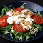 Salade Tomate mozzarella sur lit de micro-pousses